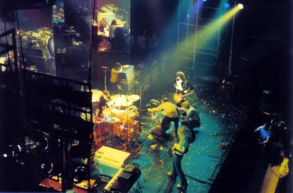Август 1974. Студия Шеппертон. Досъёмка концерта для фильма 'The Song Remains The Same'. На колонку опирается Мик Хинтон.