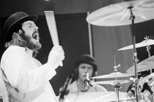 """1975 год, США. Джон Бонам в костюме из """"Заводного апельсина"""". На заднем плане Мик Хинтон."""