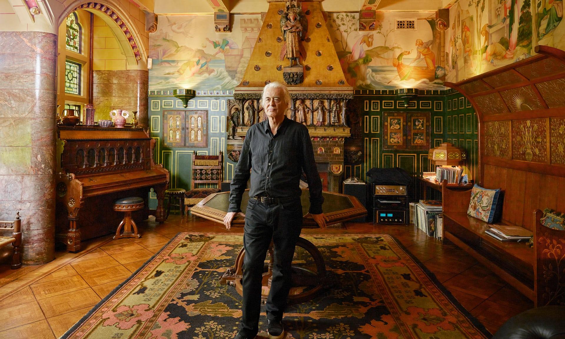 Джимми Пейдж в гостиной, где Уильям Бёрджес, спроектировавший дом, развлекал своих друзей в 1870-х годах.