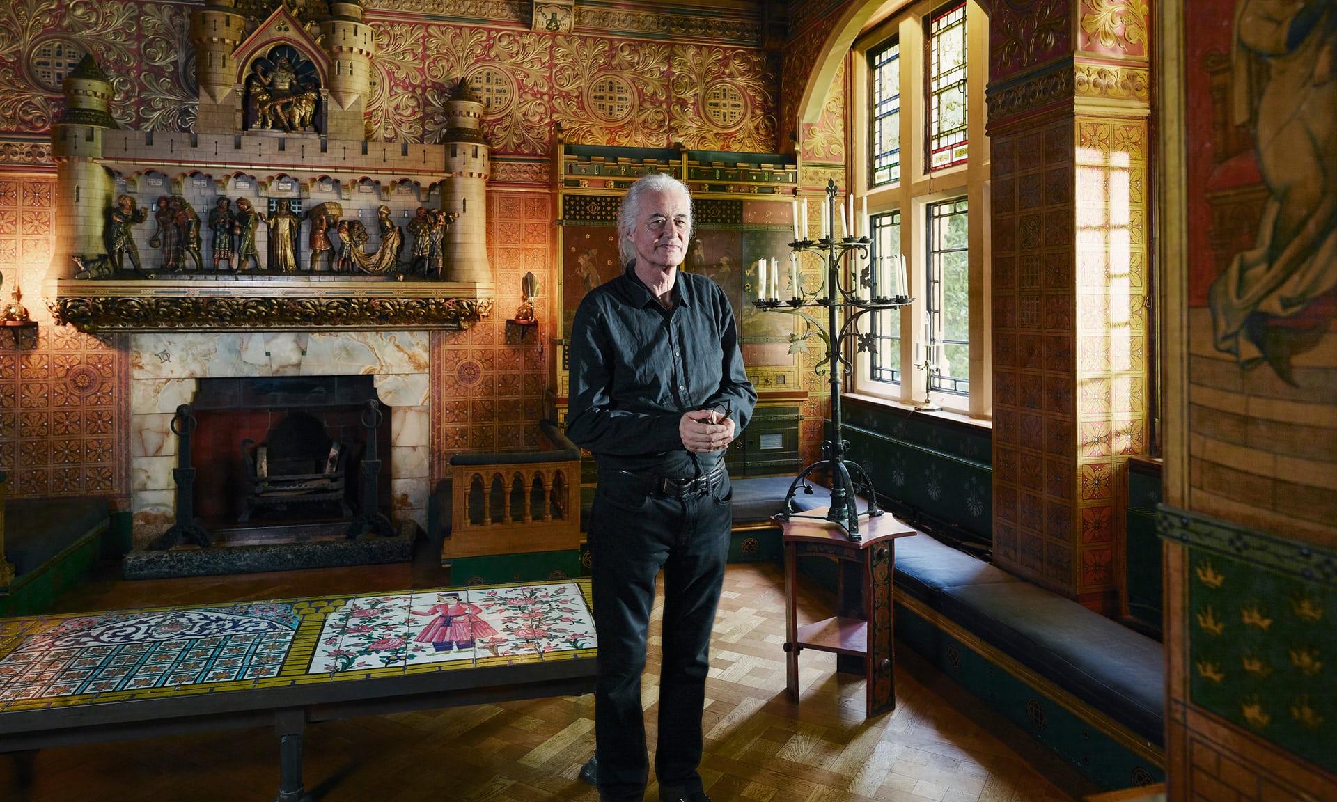 Читальный зал: библиотека с богато украшенным камином. В доме Пейдж играет только на акустической гитаре в доме, чтобы защитить исторический интерьер от вибраций.