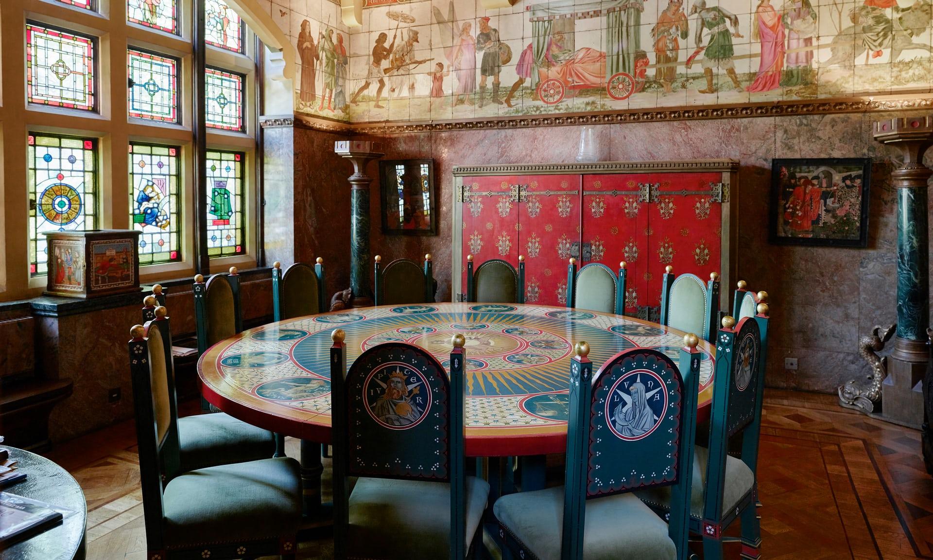 Наблюдение за звёздами: стол с изображениями знаков зодиака в столовой